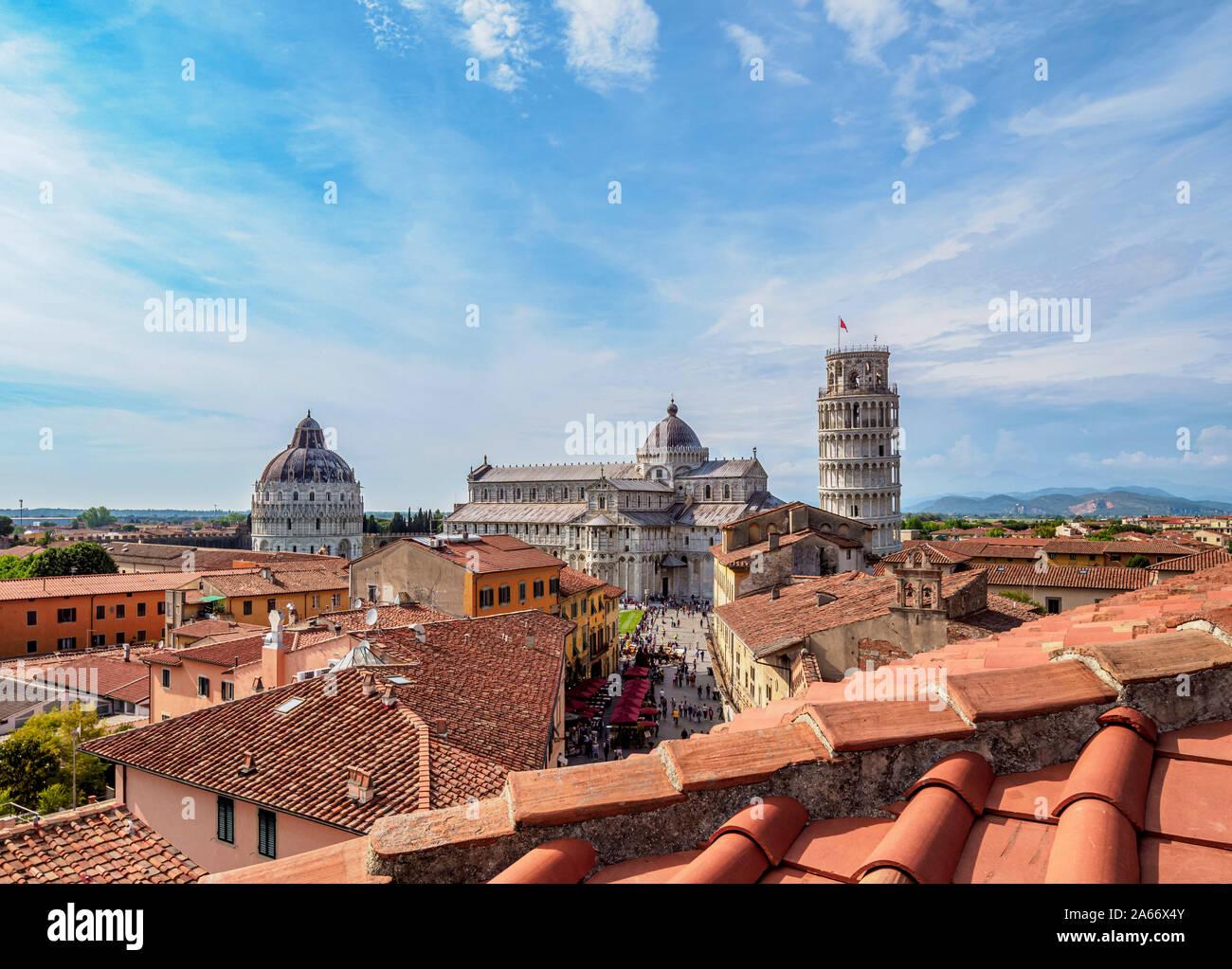Vistas a la Via Santa Maria hacia la catedral y la Torre Inclinada de Pisa, Toscana, Italia Foto de stock