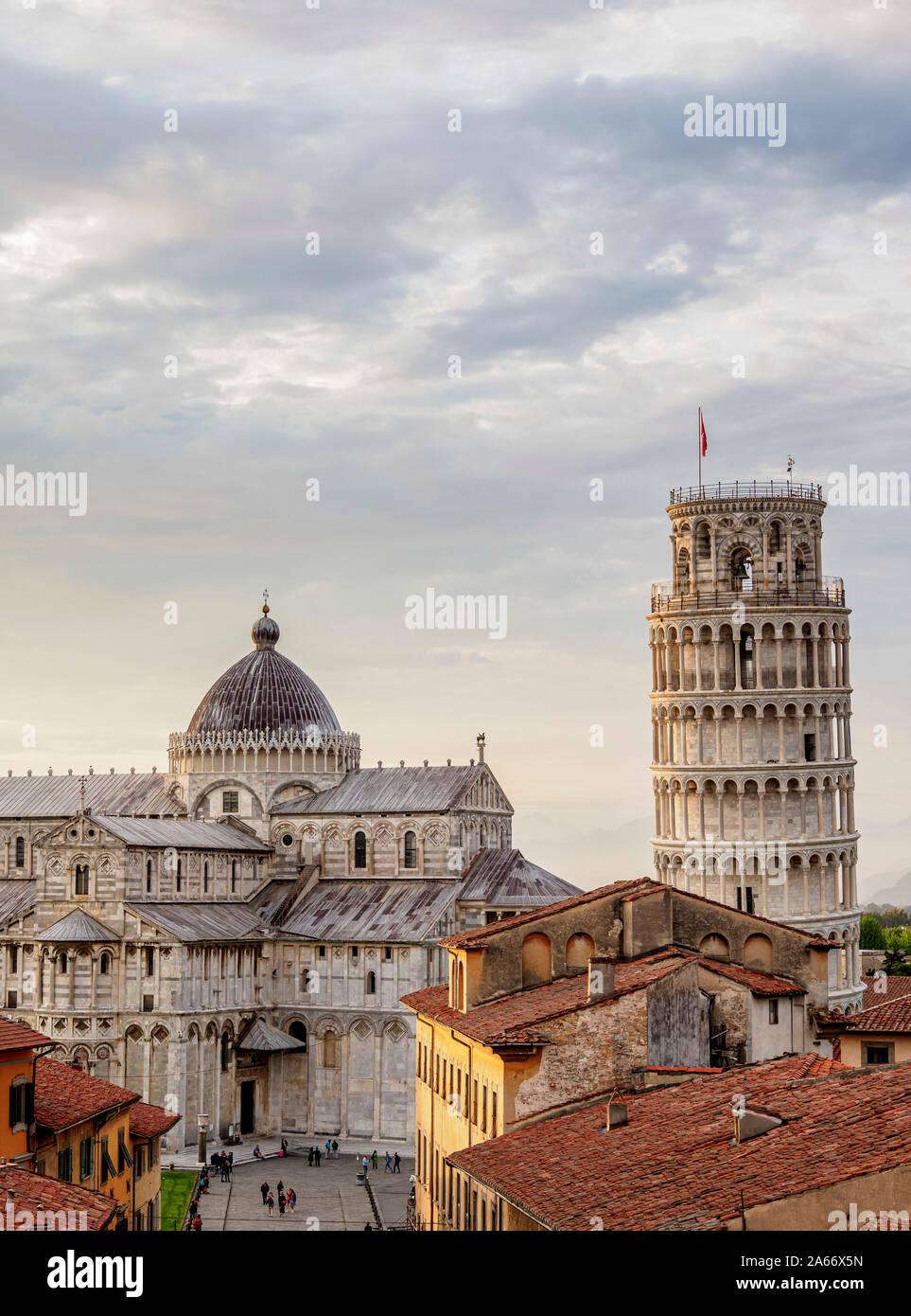 La catedral y la torre inclinada al atardecer, vista elevada, Pisa, Toscana, Italia Foto de stock