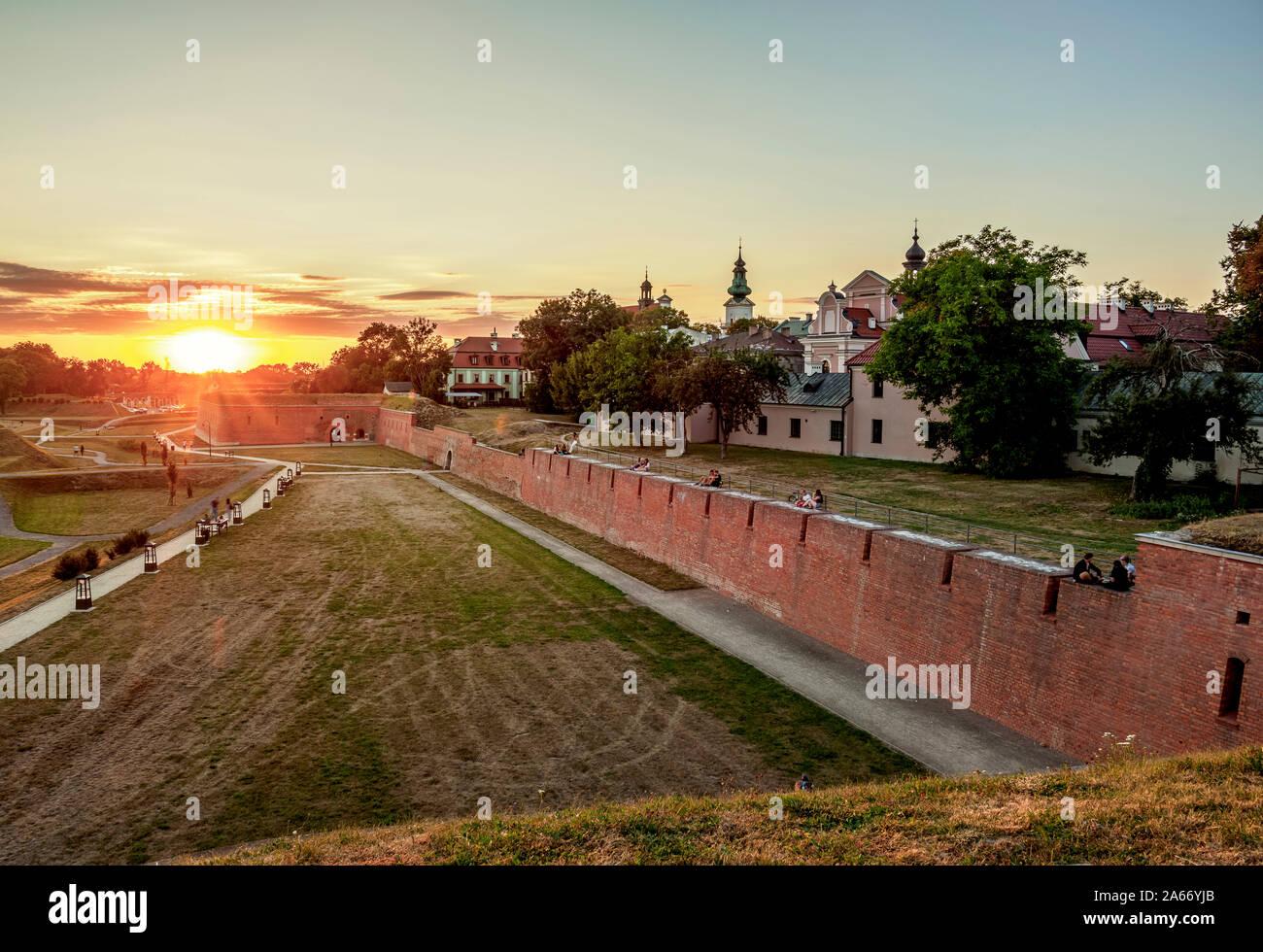 Antiguas Murallas de la ciudad al atardecer, Zamosc, Voivodato de Lublin, Polonia Foto de stock