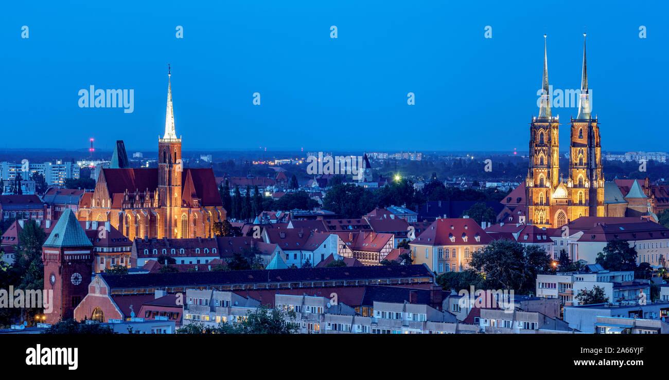 Ostrow Tumski vista elevada hacia el distrito con la Iglesia de la Santa Cruz y la catedral, al anochecer, Wroclaw, Voivodato de Baja Silesia, Polonia Foto de stock