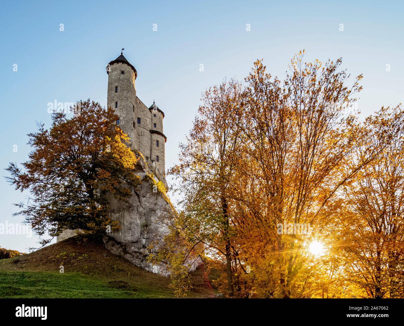 Bobolice Castillo real al atardecer, Sendero de los nidos de águila, Krakow-Czestochowa Upland o polaco Jurassic Highland, Voivodato de Silesia, Polonia Foto de stock