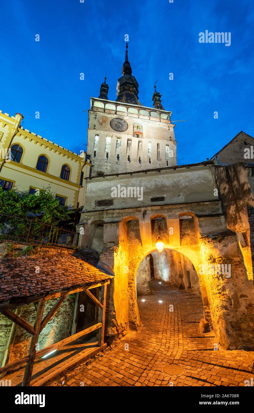 La Torre del Reloj, que se remonta al siglo XIV, defiende la puerta principal de la ciudadela de la antigua ciudad medieval. Con sus 64 metros de altura, la torre sirvió también como el ayuntamiento hasta 1556. Un sitio de Patrimonio Mundial de la Unesco. Sighisoara, Transilvania. Rumanía Foto de stock