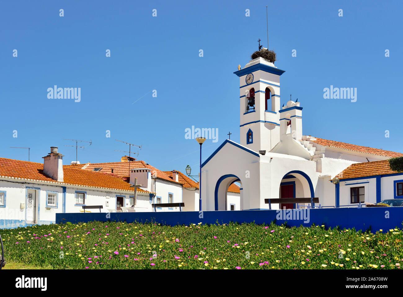 La tradicional aldea de Santa Susana, muy rica en arquitectura tradicional con casas pintadas de blanco y azul fuerte que rodean las ventanas y puertas. Alentejo, Portugal Foto de stock