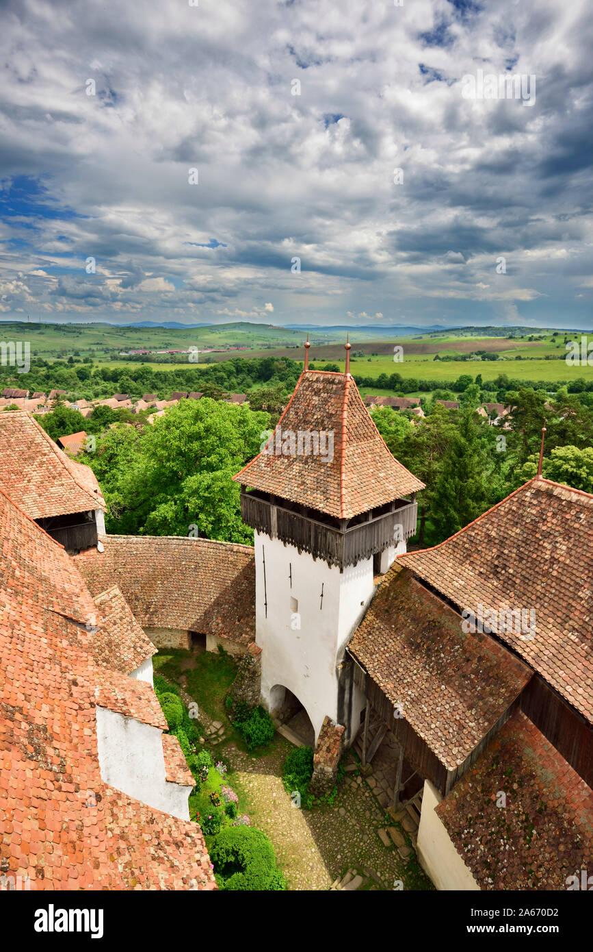 La iglesia fortificada de Viscri fue construida por los sajones de Transilvania en Viscri comunitario en el siglo 13. Es un sitio del Patrimonio Mundial de la Unesco. El condado de Brasov, Transilvania, Rumania Foto de stock