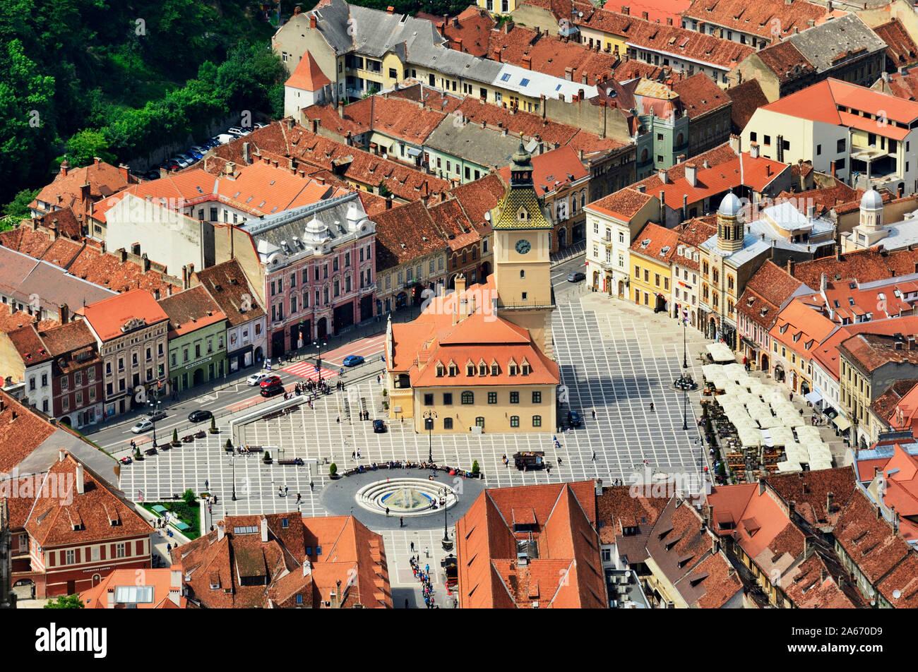 La Piata Sfatului (Plaza del Consejo) con el antiguo Ayuntamiento, construido en 1420, y el casco antiguo de la ciudad. Brasov, Transilvania. Rumanía Foto de stock