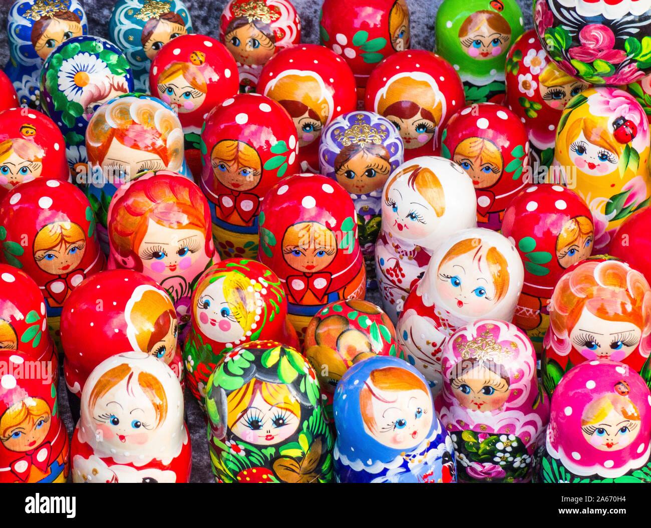 Muñecas tradicionales rusas matryoshka nesting, o, a la venta en San Petersburgo, Rusia Foto de stock