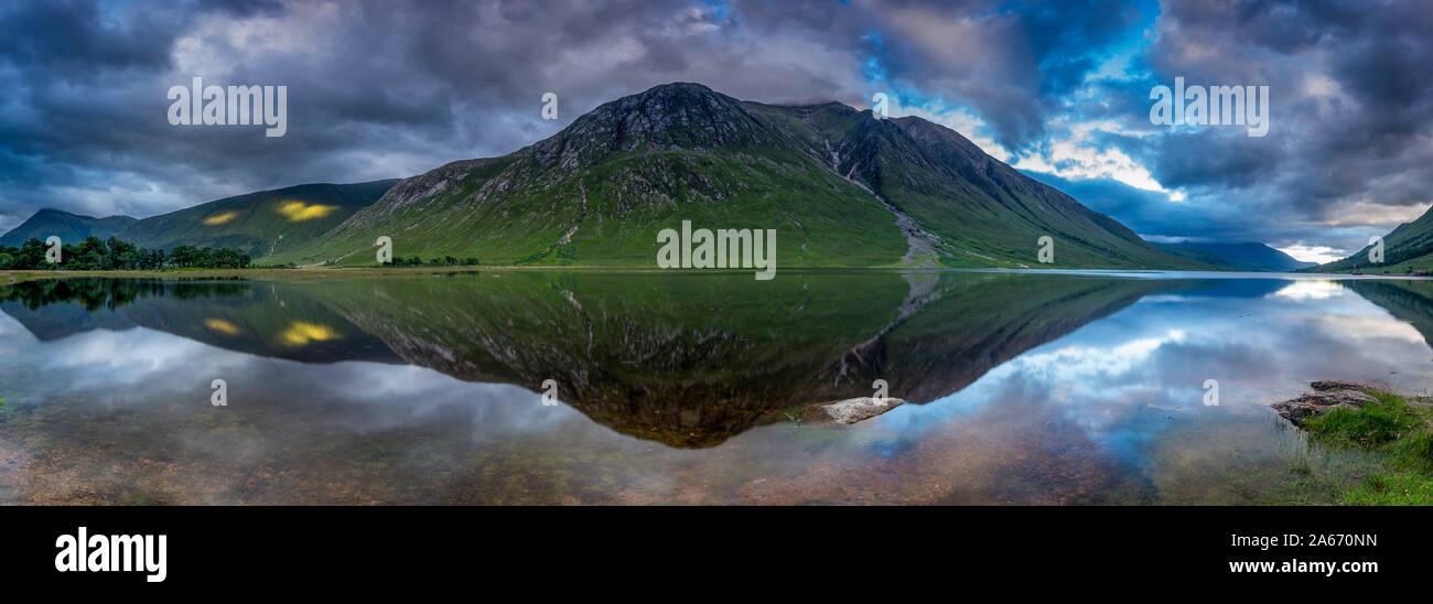 Reflejando en la Montaña Río Etive, Glen Etive, Altiplano, Scotland, Reino Unido Foto de stock