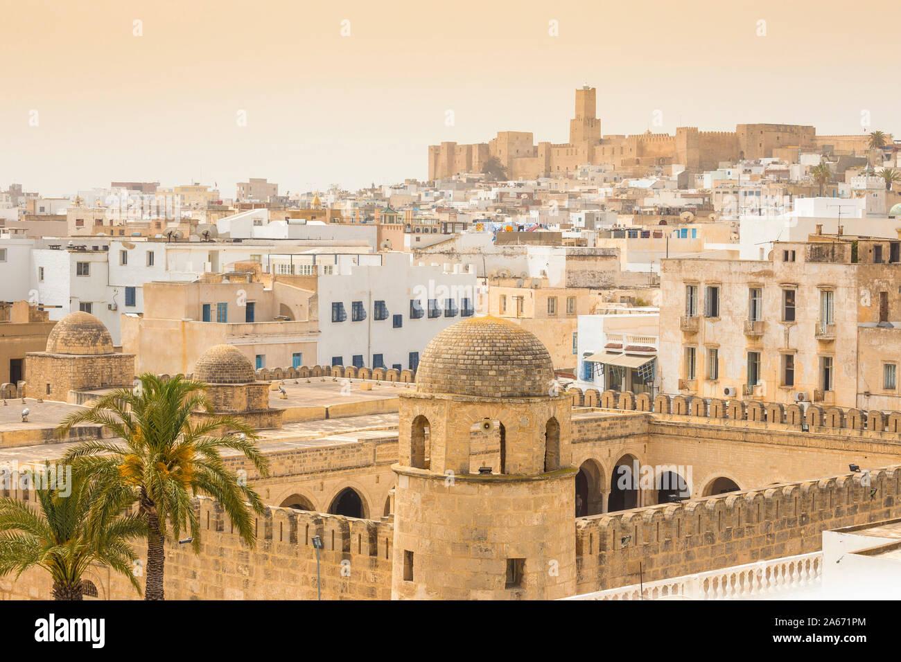 Túnez, Sousse, en vista de la Gran Mezquita en madina hacia el museo arqueológico Foto de stock