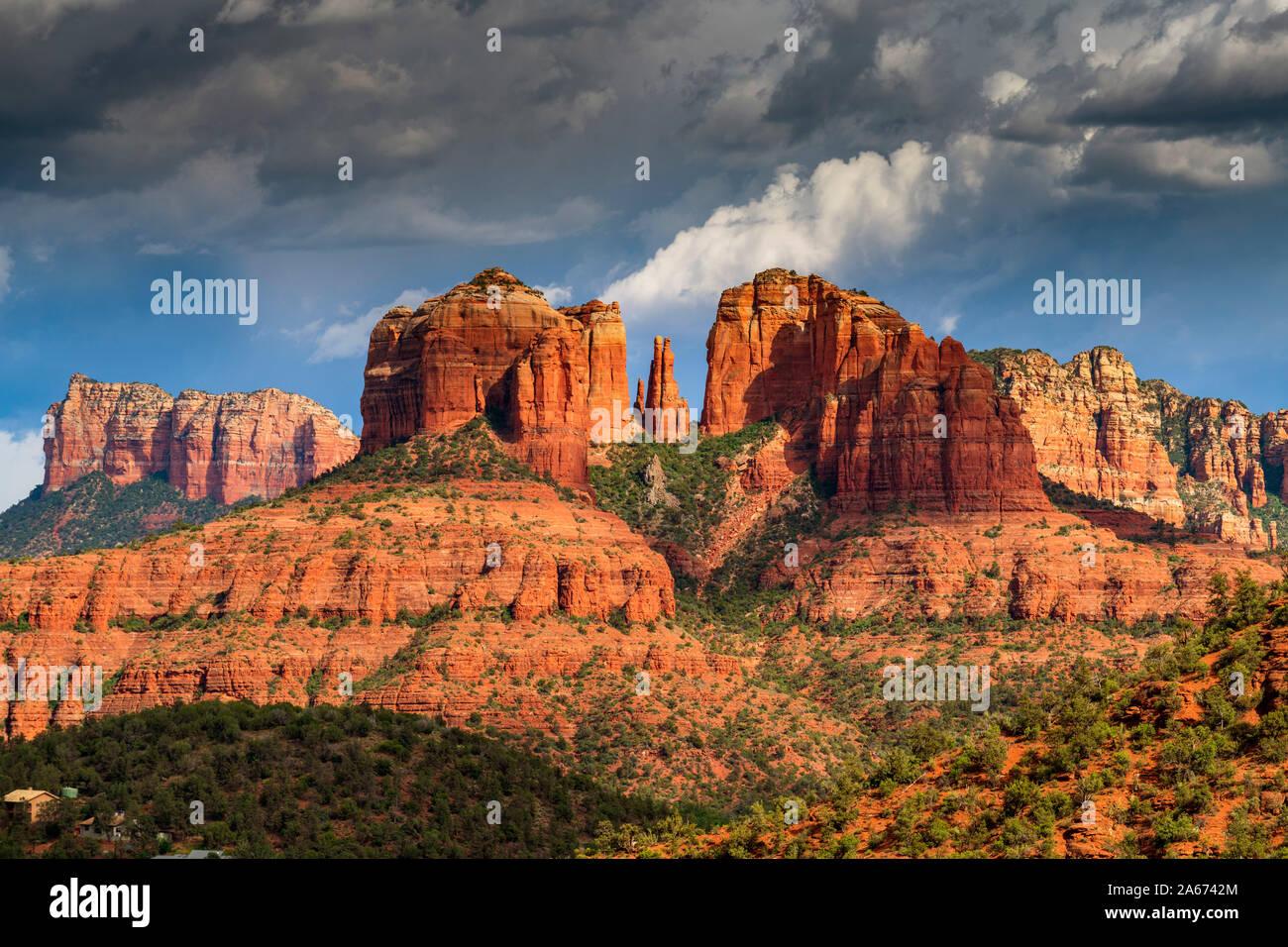 Moody cielo sobre Cathedral Rock Sedona, Arizona, EE.UU., América del Norte Foto de stock