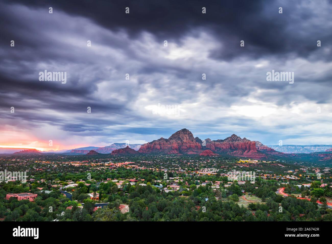 Moody cielo sobre Sedona desde aeropuerto Meas, Arizona, EE.UU., América del Norte Foto de stock