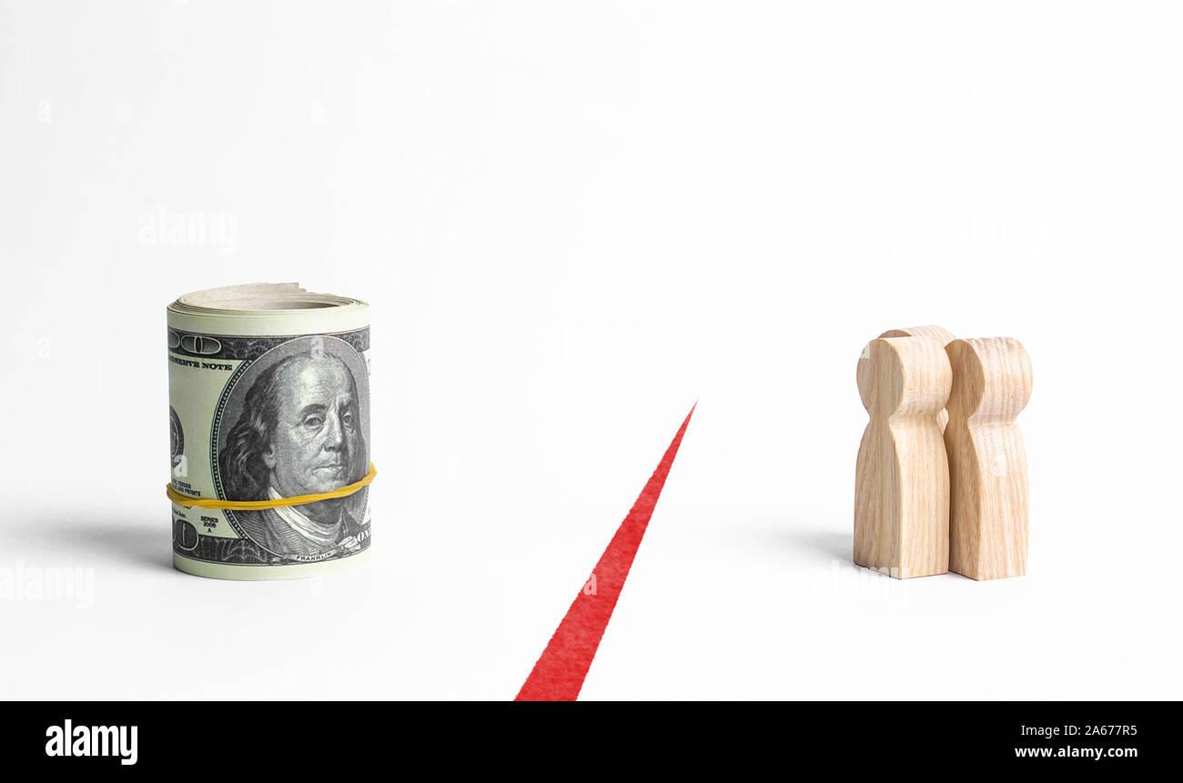 Las figuras de personas y un paquete rollo de dinero están separados por una línea roja. La inaccesibilidad de los fondos, la falta de inversiones y de retraso de sueldos. Retención de Foto de stock