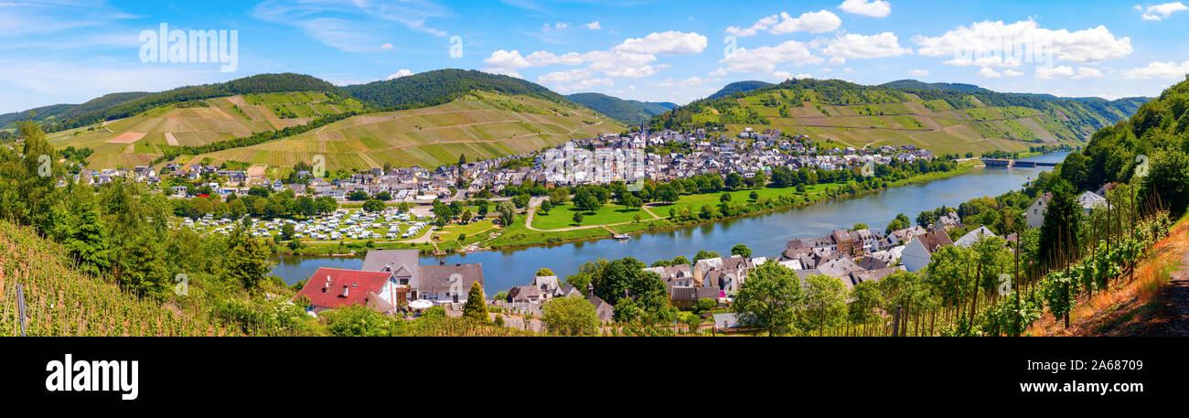 Vista panorámica aérea del río Mosela con la aldea Enkirch y los viñedos de la zona del valle de Mosela en una tarde soleada. Alemania. Foto de stock