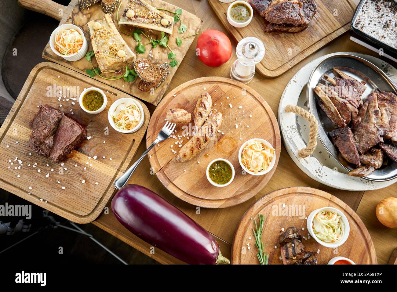 El menú del restaurante barbacoa. Muchos de los diferentes grupos de alimentos en la mesa. Cena fiesta o banquete. Vista superior Foto de stock