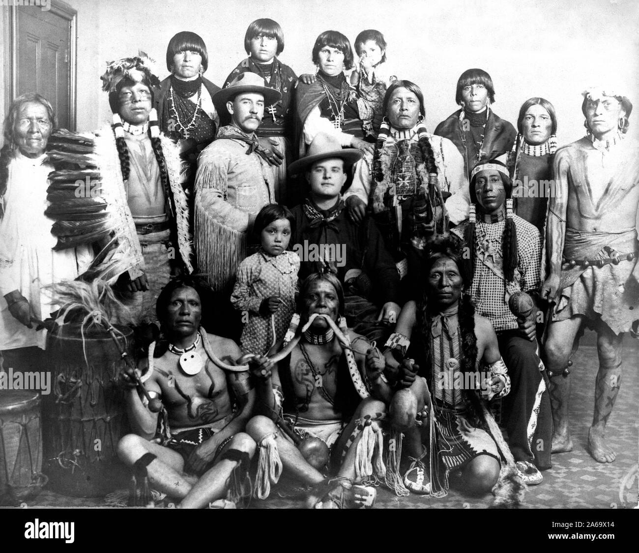 Edward S. Curtis Indios Nativos Americanos - Grupo de los Indios Pueblo, tres hombres delante la celebración de serpientes, dos hombres caucásicos en el centro ca. 1905 Foto de stock