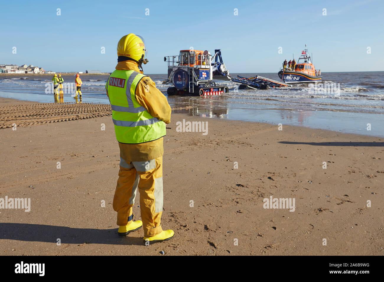 Bote Salvavidas RNLI 13-22 Lanzamiento en Bridlington South beach, East Yorkshire, Inglaterra, con la ayuda de ingenieros marinos voluntarios. Foto de stock