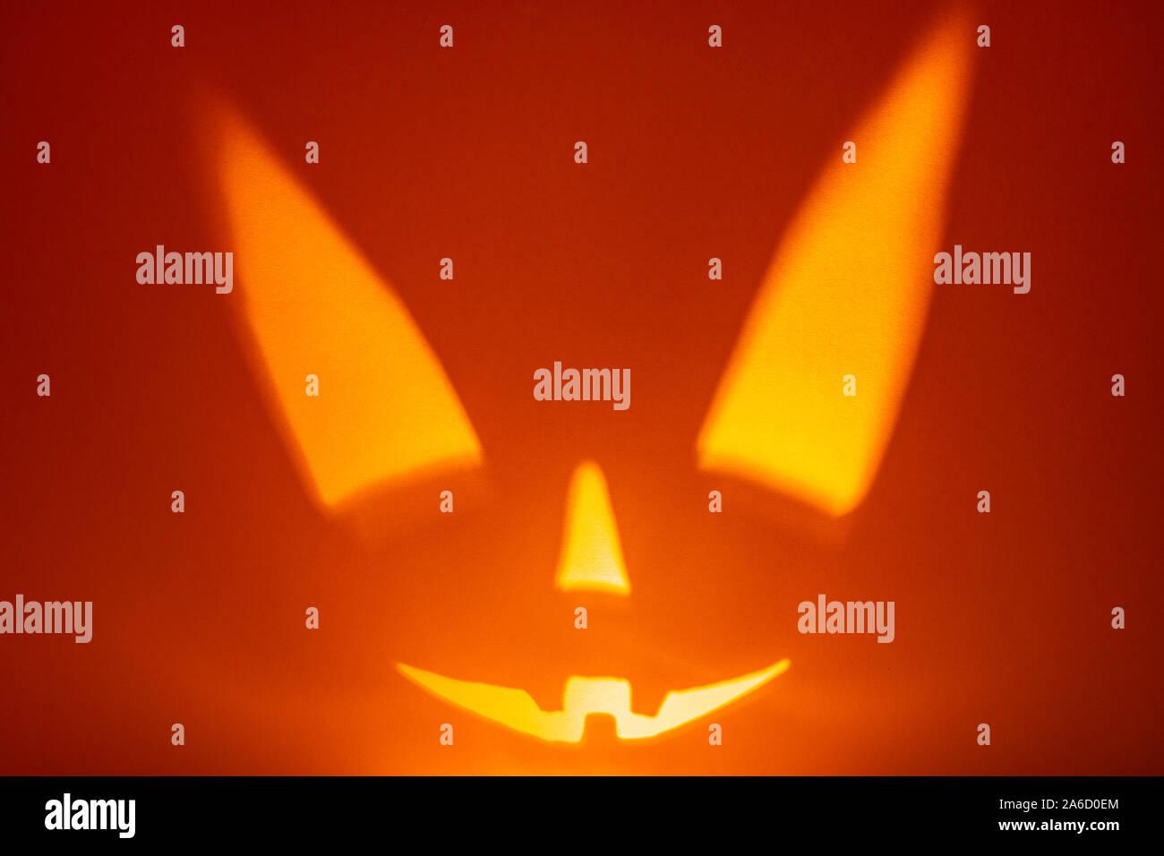 Carácter Scary Halloween cara sobre fondo rojo. Scary sonrisa cara. Holiday horror de fondo. Foto de stock