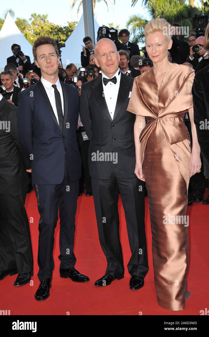 ¿Cuánto mide Bruce Willis? - Altura - Real height Cannes-francia-mayo-16-2012-tilda-swinton-con-bruce-willis-y-edward-norton-izquierda-en-el-estreno-de-su-pelicula-moonrise-kingdom-la-pelicula-gala-inaugural-de-la-65-edicion-del-festival-de-cannes-2012-paul-smith-featureflash-2a6d3md