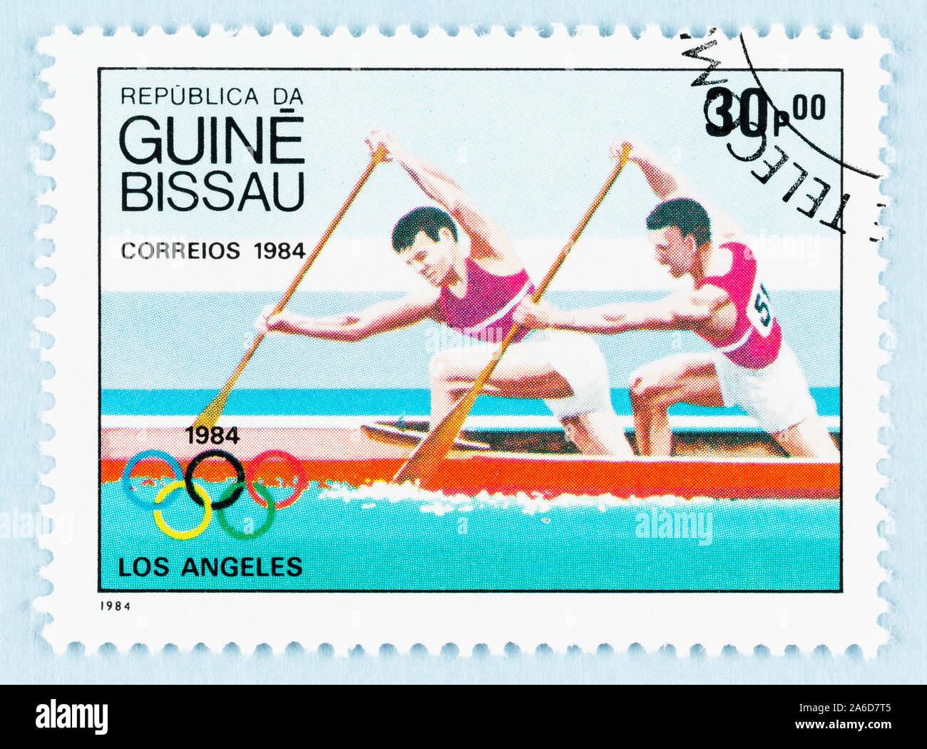 Cerca de sellos de Guinea Bissau, con remaban de 1984 Los Ángeles Olímpicos. Foto de stock