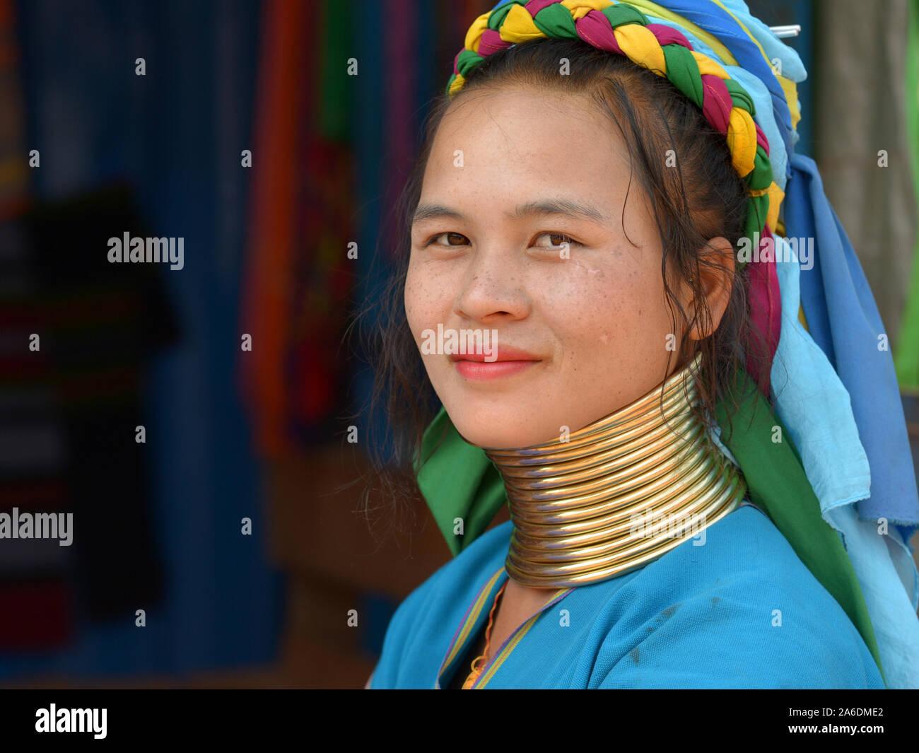 "Joven Mujer longneck Kayan Lahwi birmano (""Mujer jirafa"") con tribal de latón pulido Padaung cuellos/bobinas posa para la cámara. Foto de stock"