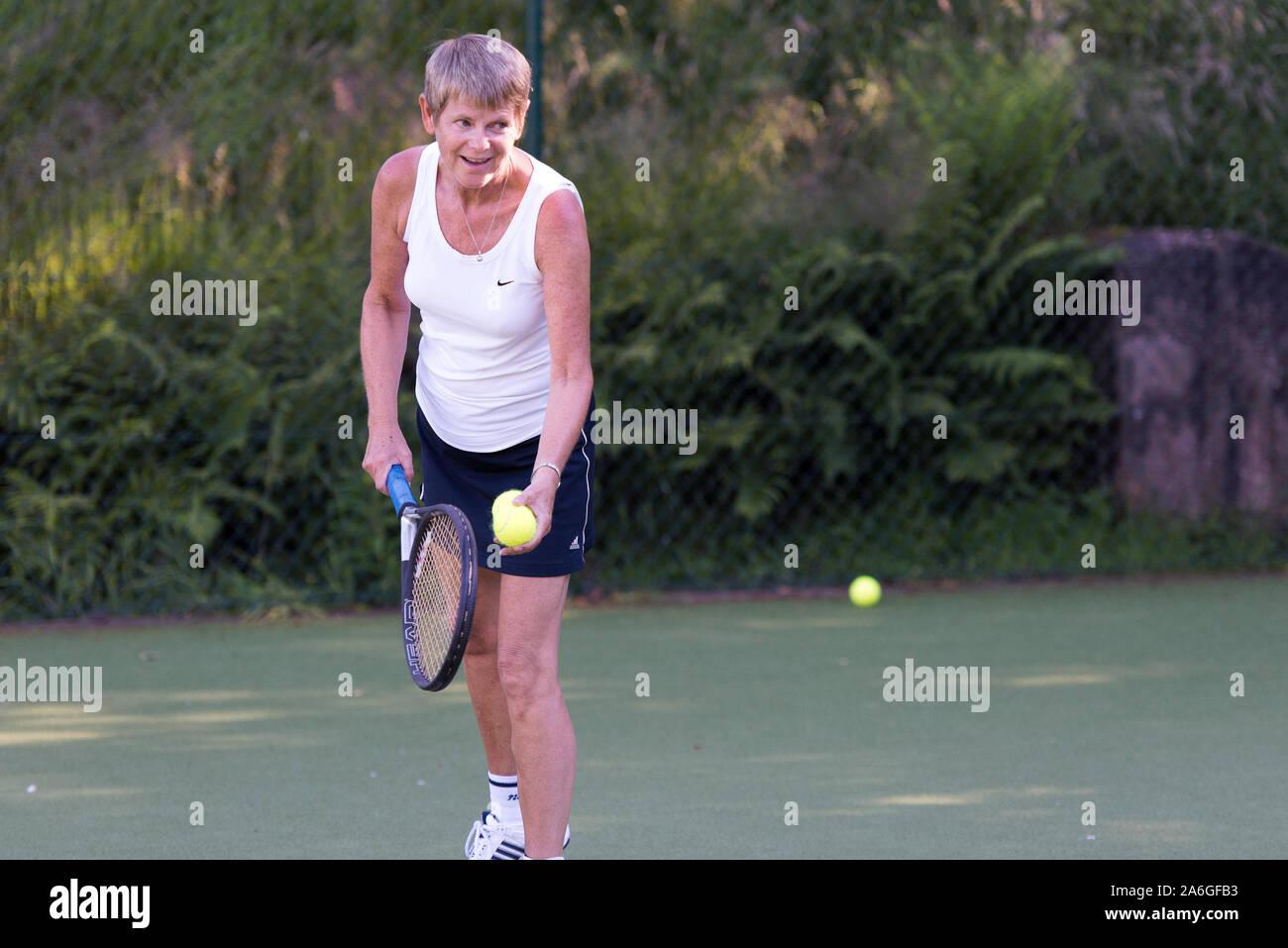 Una competencia de tenis para los ancianos, activo y atlético, Basford tennis club, un evento deportivo, más 50's ejercicio Foto de stock