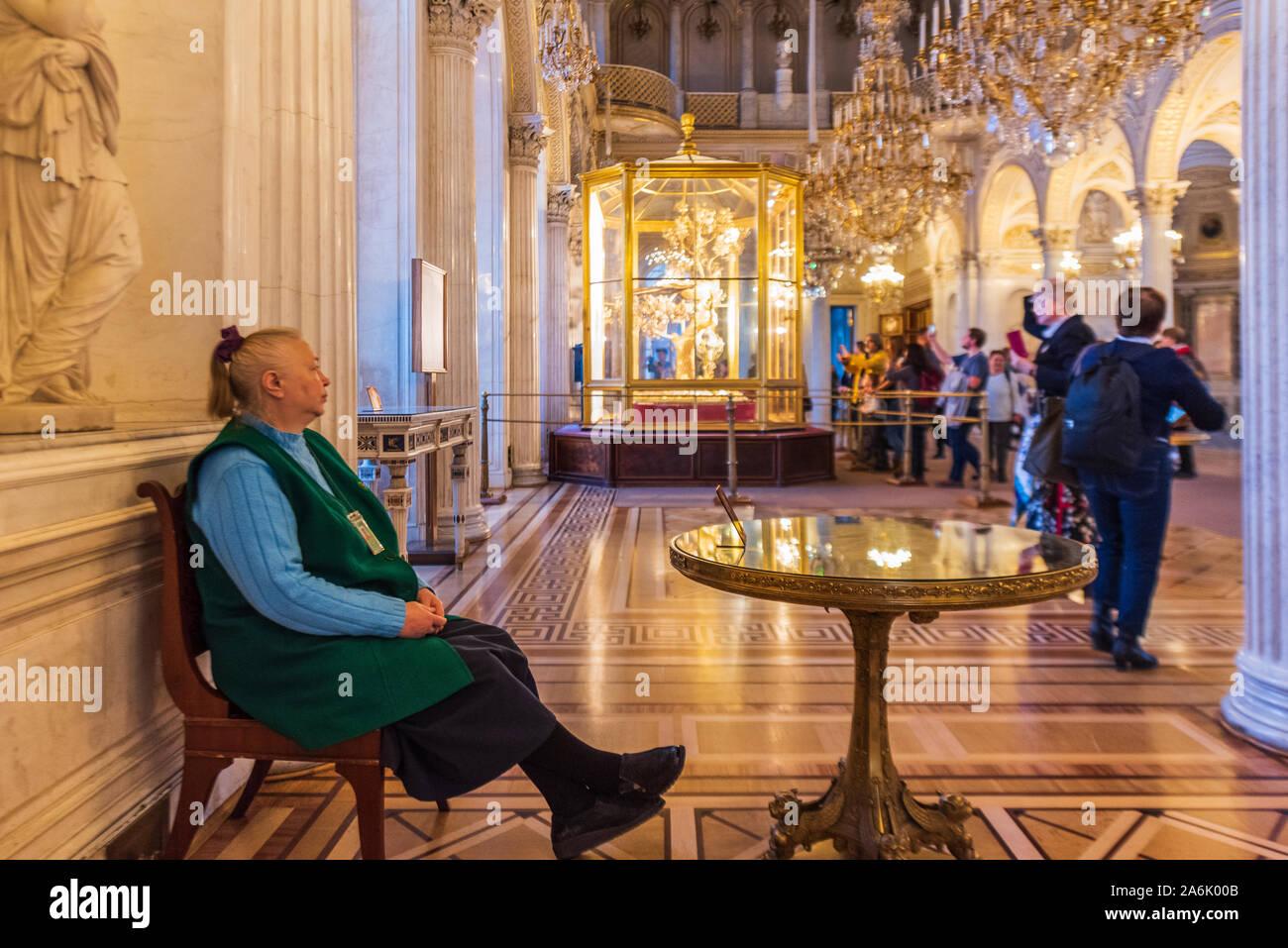 Antiguo custodio en el Palacio de Invierno en el Museo Estatal del Hermitage, en San Petersburgo, Rusia Foto de stock