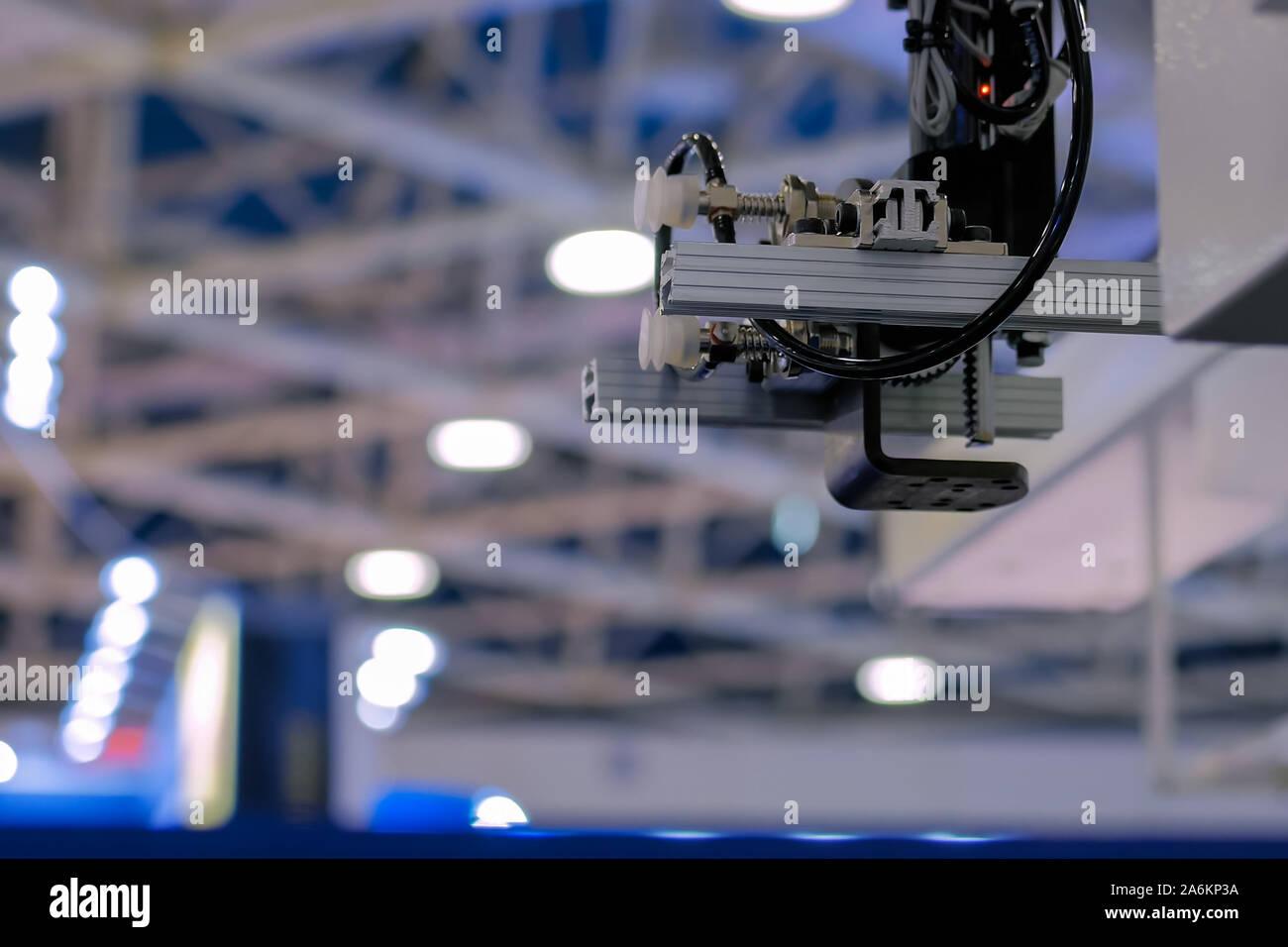 Brazo robótico automático manipulador con ventosas en la planta - cerrar Foto de stock