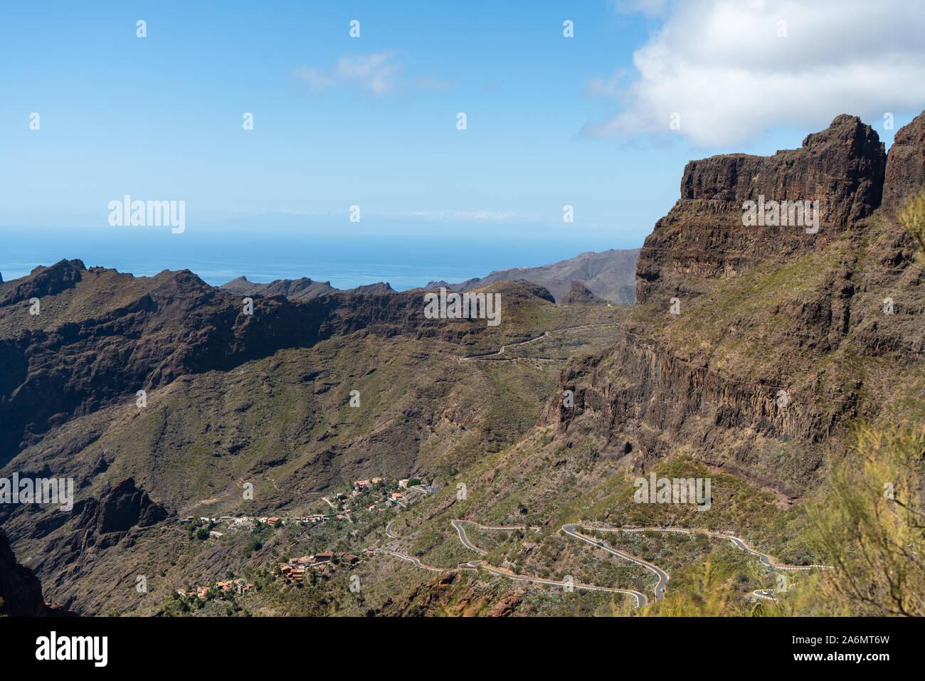 El maravilloso camino lleno de curvas en el valle de Masca, Tenerife, Islas Canarias, España Foto de stock