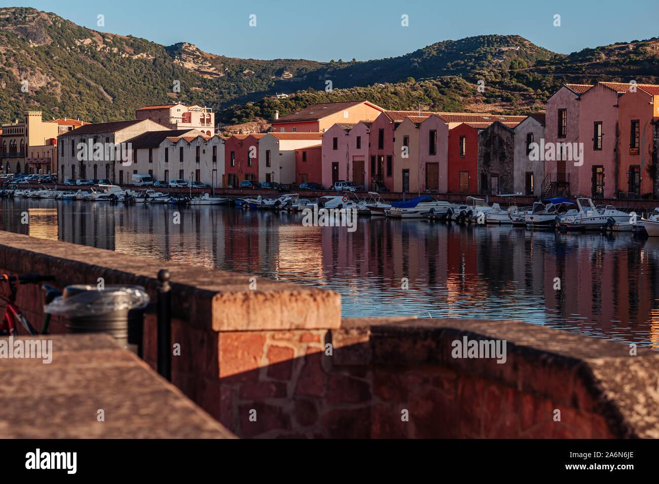 BOSA, Italia / OCTUBRE 2019: la vida en el pintoresco pueblo de pescadores en el norte de la IOF Cerdeña Foto de stock