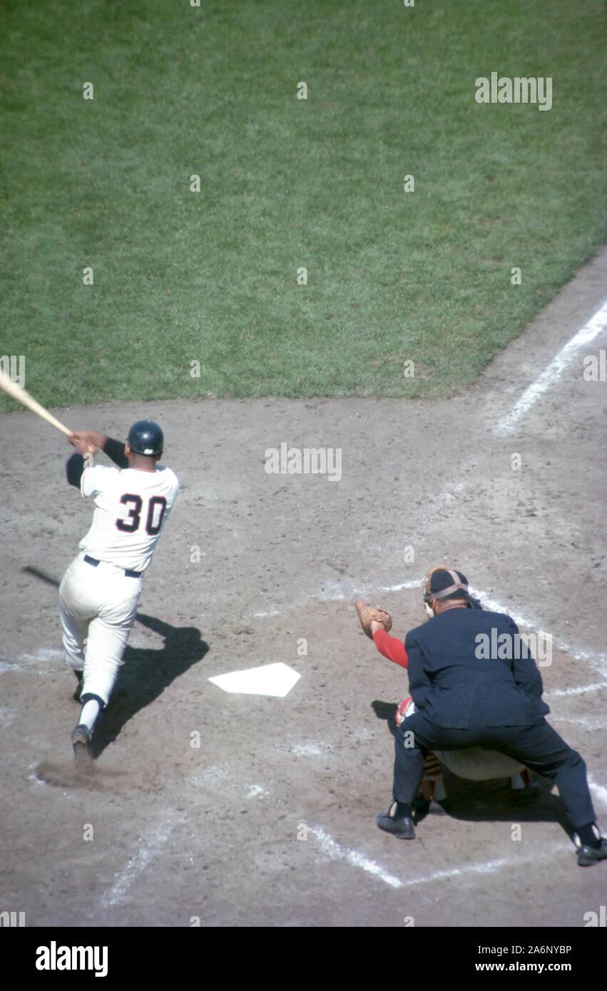 SAN FRANCISCO, CA - Agosto, 1962: Orlando Cepeda #30 de los Gigantes de San Francisco pone la pelota en juego durante un juego MLB contra los Cincinnati Reds circa de agosto de 1962, en el Candlestick Park, en San Francisco, California. (Foto por Hy: SetNumber Peskin) (X9182) Foto de stock