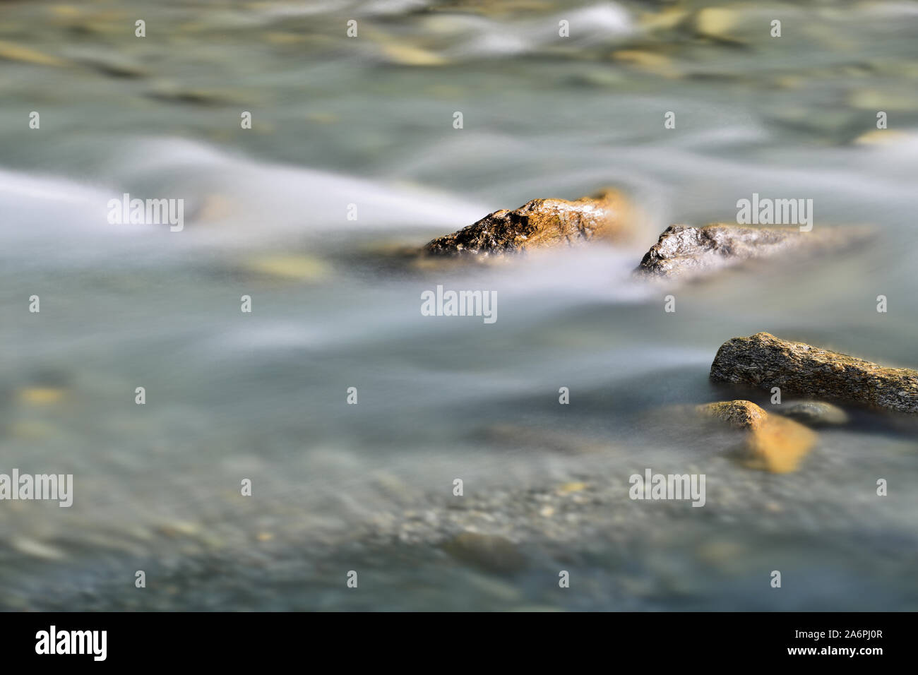Río alpino de montaña con corrientes de aguas salvajes y hermosos de rocas naturales. La larga exposición de la fotografía, la captura de movimiento. Concepto de actividades al aire libre. Foto de stock