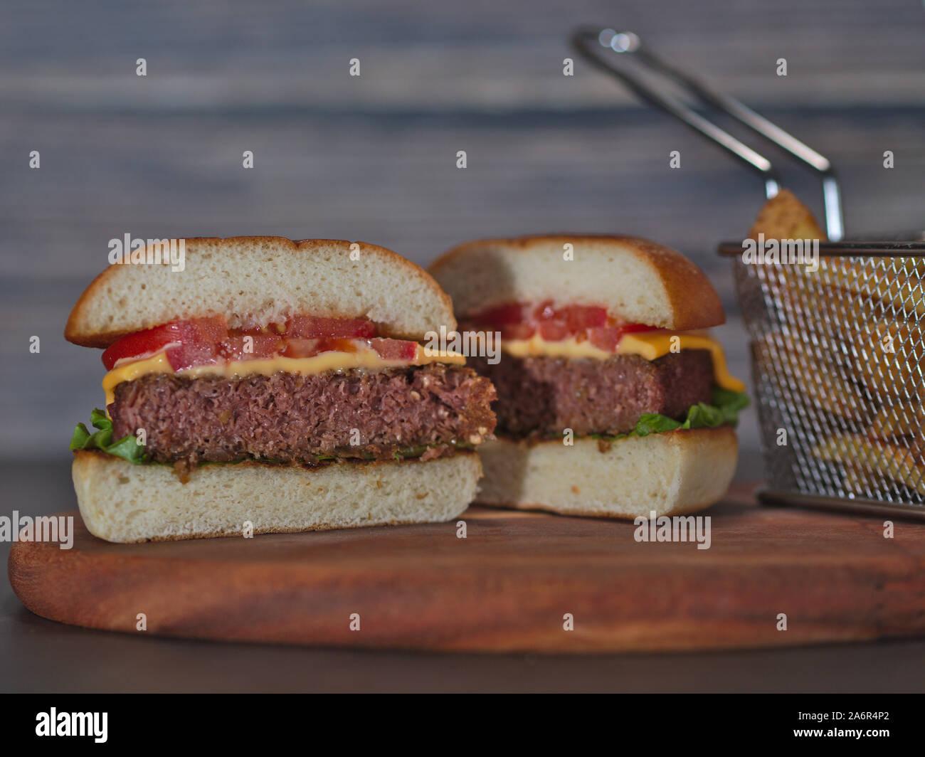 PAPEOHEADS, exponga aquí sus dudas o recetas - Página 22 Vegan-hamburguesa-a-base-de-vegetales-cortados-a-la-mitad-con-papas-fritas-servidas-en-bandeja-de-madera-2a6r4p2