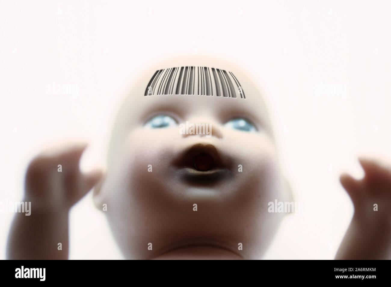 Baby doll face con un código de barras, grabado en el frente - Concepto de la clonación humana Foto de stock