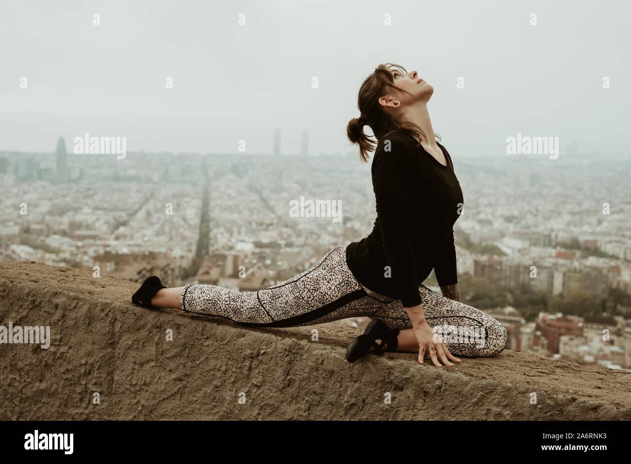 Mujer joven practicando yoga, ejercicios de estiramiento. Barcelona Foto de stock