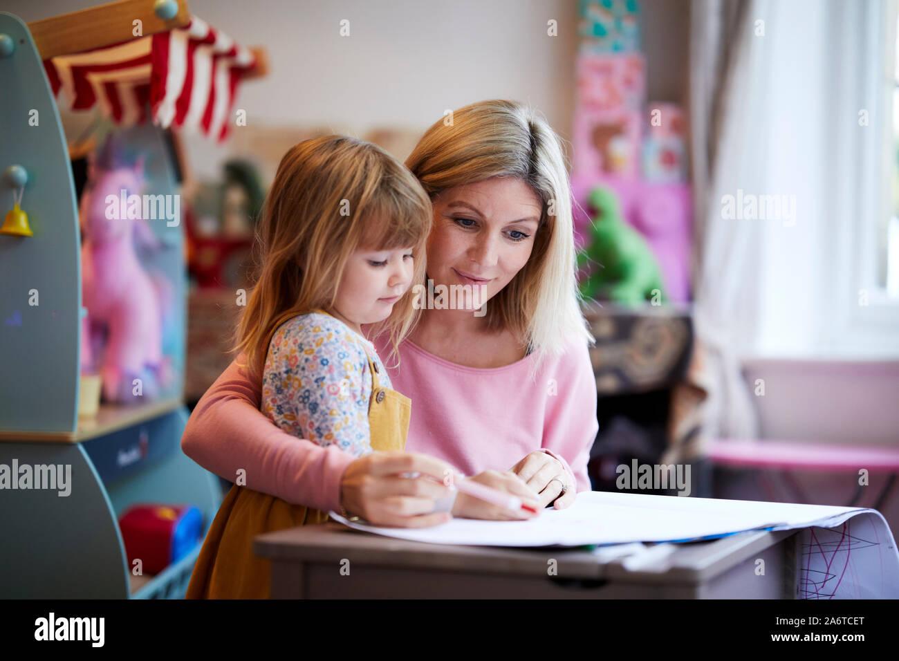 Madre e hija juntas de dibujo Foto de stock