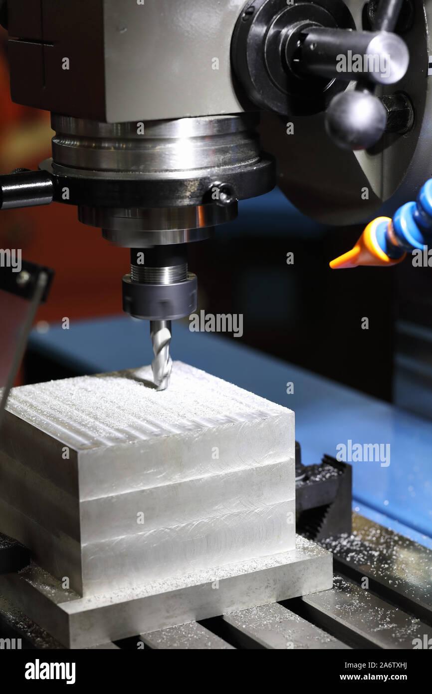 El proceso de fresado fresado CNC de la máquina de perforación. El enfoque selectivo. Foto de stock