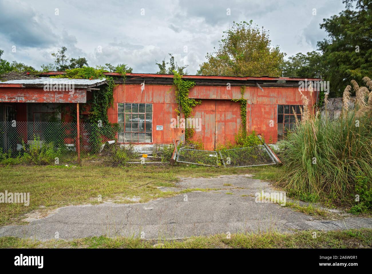 Edificio abandonado en una pequeña ciudad en el norte de Florida. Foto de stock