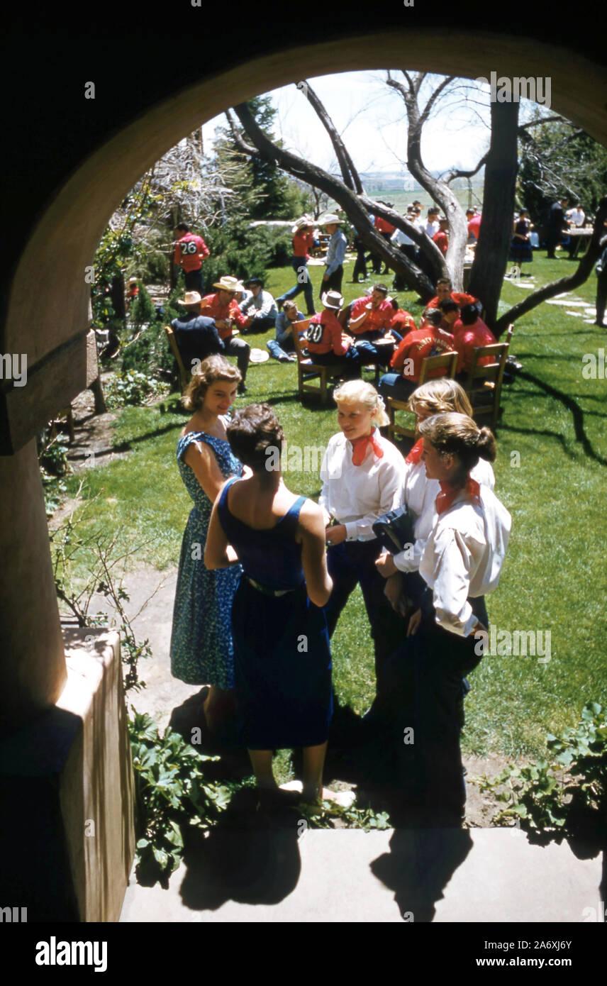 COLORADO SPRINGS, CO - Mayo, 1954: Vista general de mujeres hablando antes de participar en la Gymkhana, que es un evento ecuestre compuesto de patrón de velocidad y carreras juegos cronometrados para jinetes a caballo alrededor de mayo de 1954, en Colorado Springs, Colorado. (Foto por Hy Peskin) (número de registro: X4588) Foto de stock