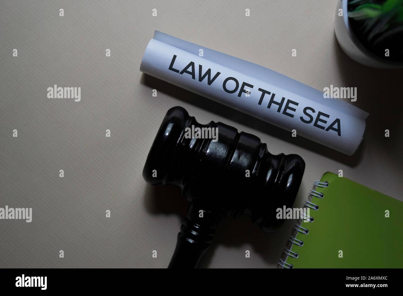 Derecho del Mar el texto en el documento y martillo aislado en la oficina. Concepto de derecho de justicia Foto de stock