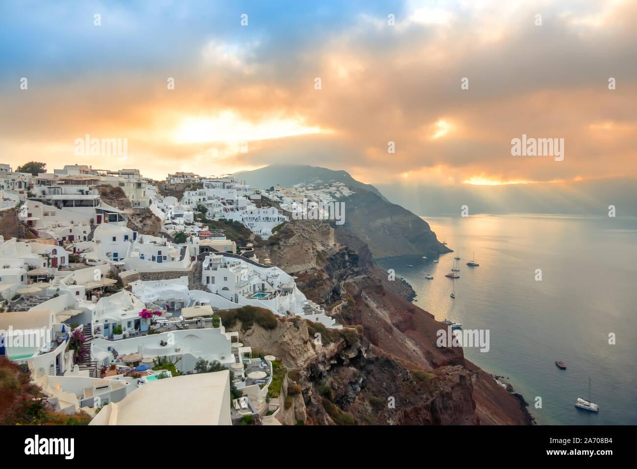 Grecia. La isla de Santorini. Las casas blancas de Oia, en la isla de Santorini. Yates y catamaranes en el anclaje. Amanecer Foto de stock