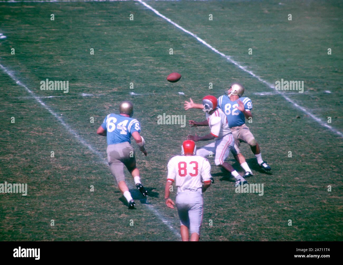 LOS ANGELES, CA - 6 de octubre: Don Francisco #82 de la UCLA Bruins y Richard Mangiamelle #43 de la Ohio State Buckeyes ir por el balón durante un partido de NCAA en Octubre 6, 1962 en el Los Angeles Memorial Coliseum en Los Angeles, California. (Foto por Hy Peskin) (número de registro: X8760) Foto de stock