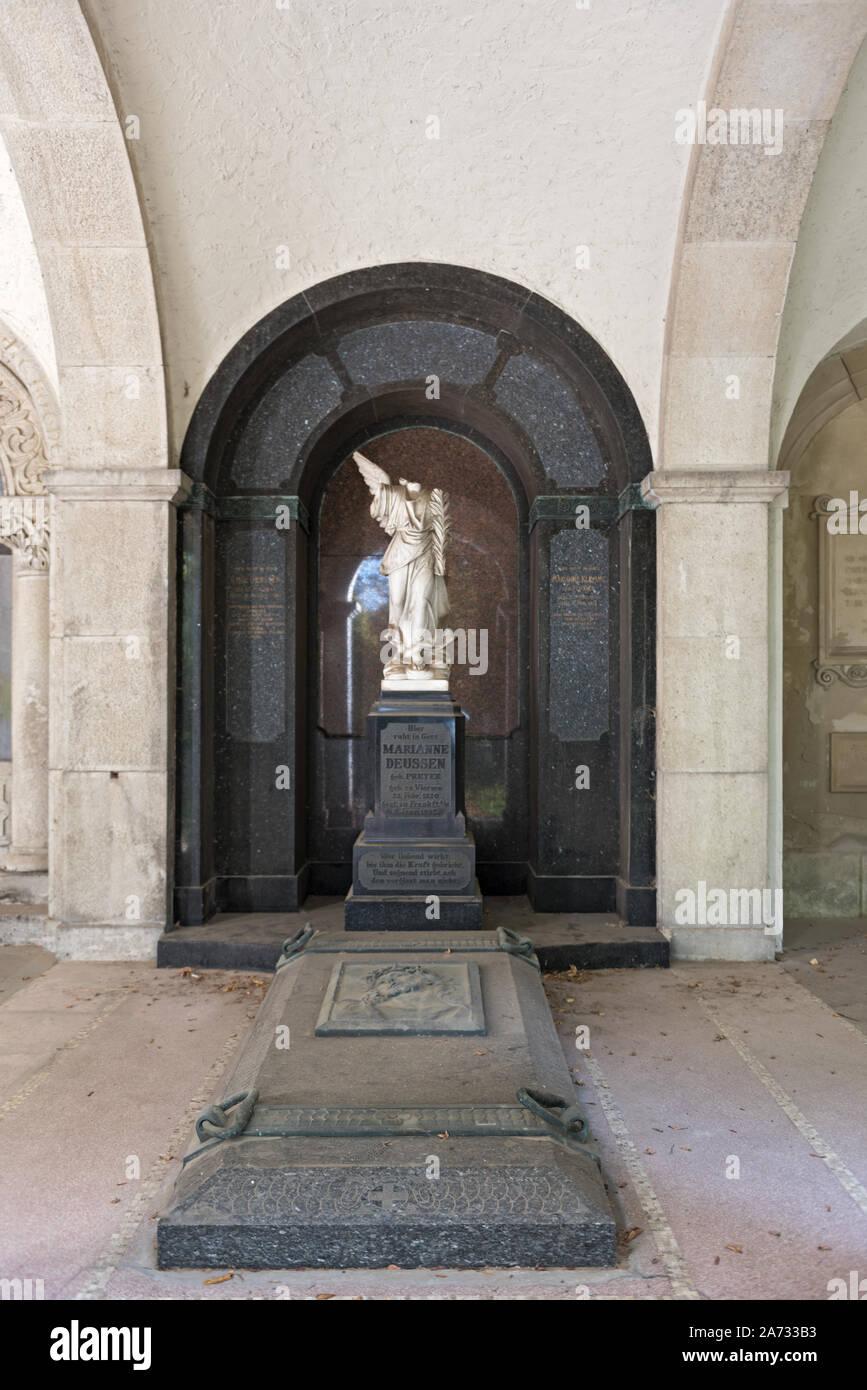 Cripta Familiar En El Cementerio Principal En Frankfurt Alemania Fotografía De Stock Alamy