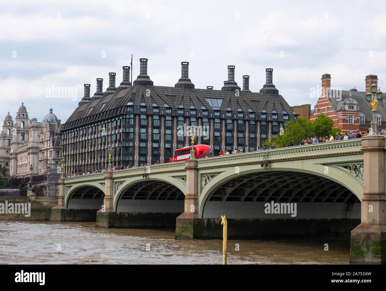 Westminster Bridge y Portcullis House, Londres Foto de stock