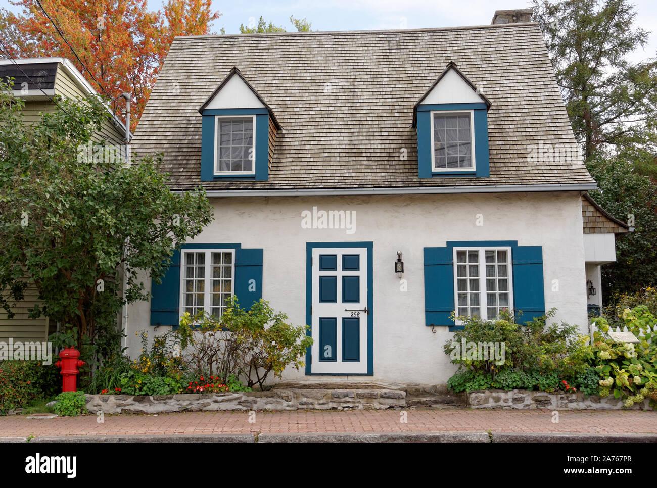 La Antoine Pilon, una casa restaurada del siglo XVIII (circa 1770) registro de estilo francés de Hacienda en Pointe Claire Village, Montreal, Quebec, Canadá Foto de stock