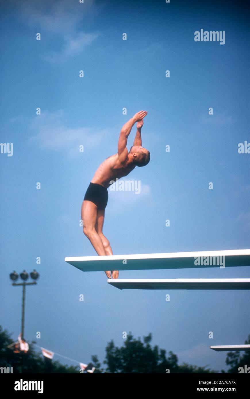 DETROIT, MI - Agosto, 1956: buzo americano Jerry Harrison entra en su movimiento de buceo durante el 1956 ensayos olímpicos de natación circa 1956 en agosto, Brennan Pool en Detroit, Michigan. (Foto por Hy Peskin) (número de registro: X3992) Foto de stock