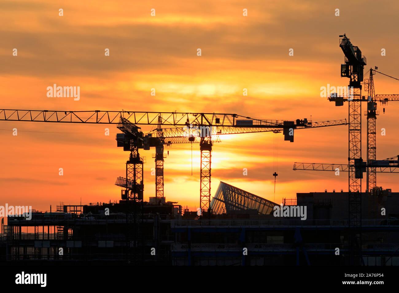 Grúas de construcción en la cuenca de Alexandra, Dublín, Irlanda Foto de stock