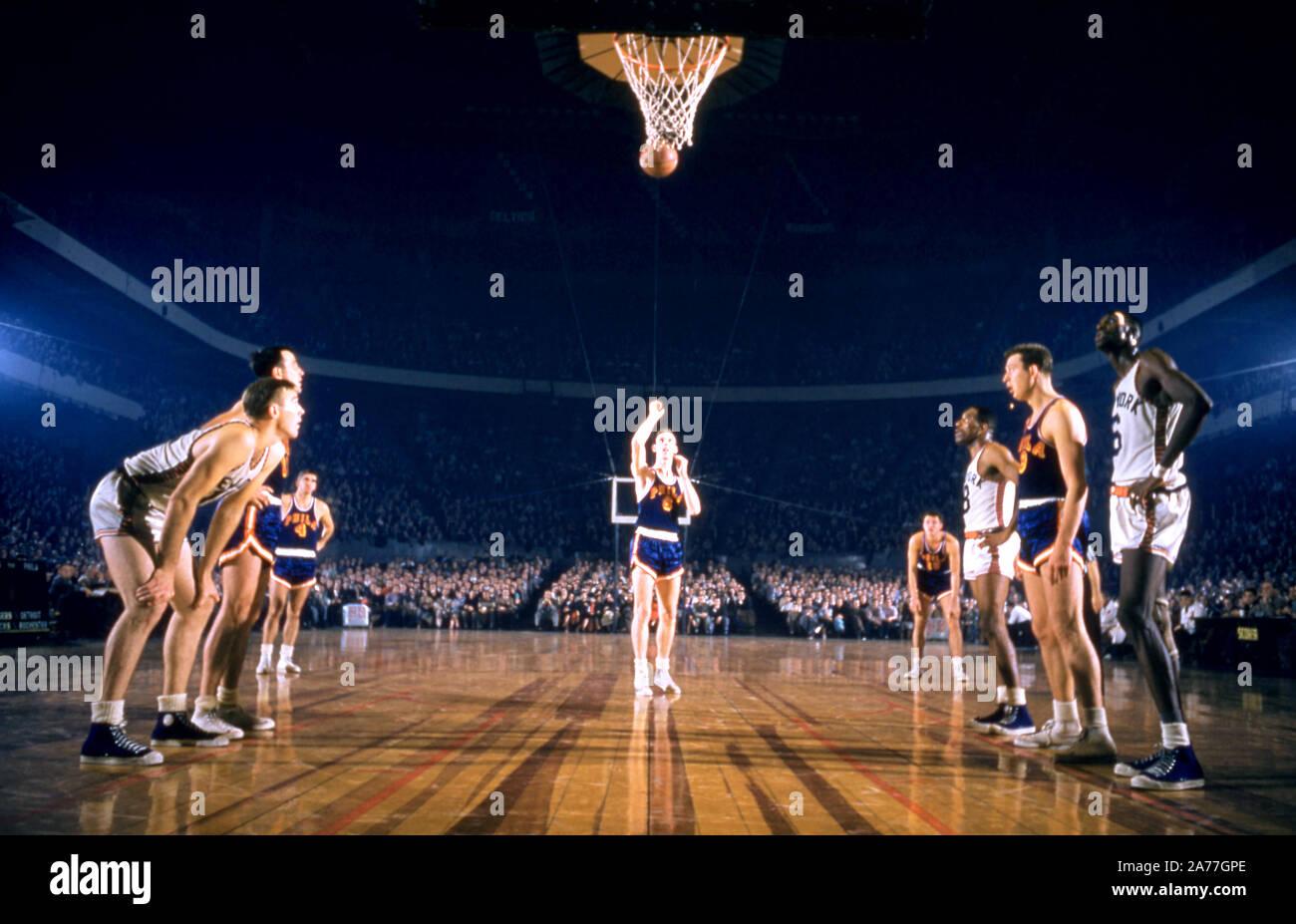 NEW YORK, NY - 27 de diciembre: Neil Johnston #6 de los Philadelphia Warriors dispara su franco como Harry Gallatin #11, Walter Dukes #6 y Nat Clifton #8 de los Knicks de Nueva York junto con Paul Arizin Joe Graboski #11 y #9 de los Guerreros espere en la tecla durante un partido de la NBA el 27 de diciembre de 1955 en el Madison Square Garden de Nueva York, Nueva York. (Foto por Hy Peskin) (número de registro: X3349) Foto de stock