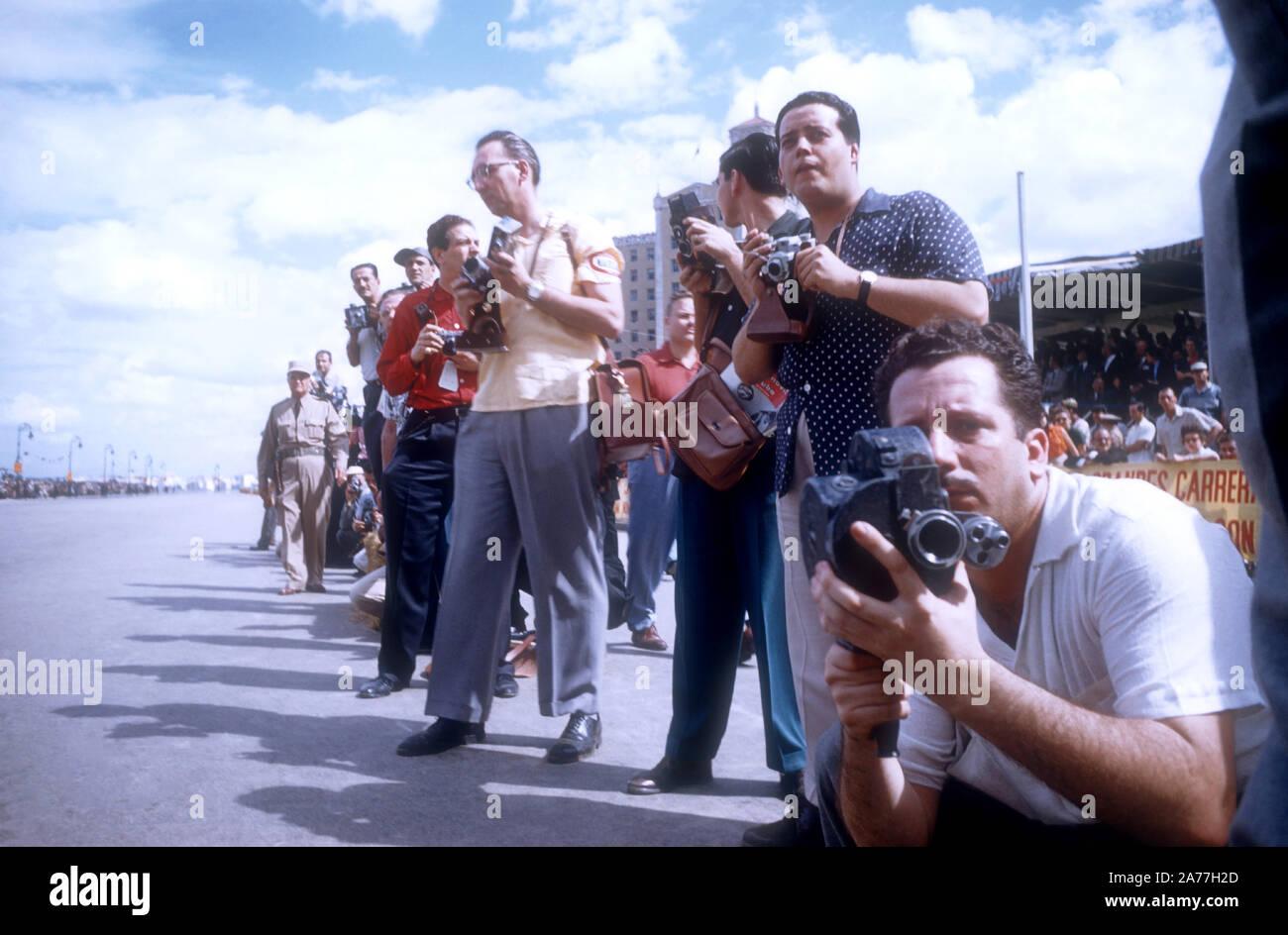 La Habana, Cuba - 24 de febrero: Los fotógrafos line el curso durante el 1957 Gran Premio de Cuba el 24 de febrero de 1957, en La Habana, Cuba. Juan Manuel Fangio ganó la carrera. (Foto por Hy Peskin) Foto de stock