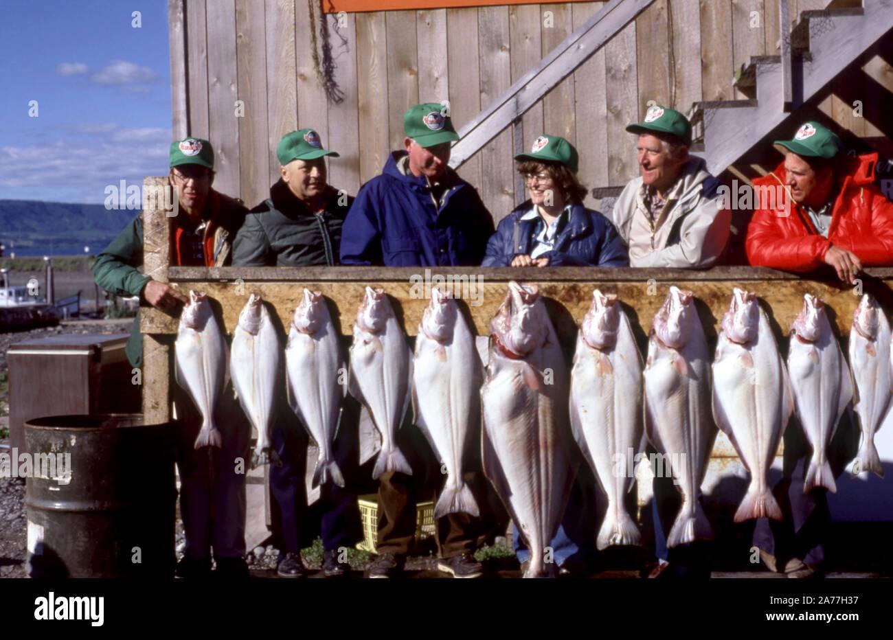 Julio de 1979: Vista general de seis pescadores posan con el pescado que capturan en mayor a menor alrededor de julio del 1979. (Foto por Hy Peskin) Foto de stock