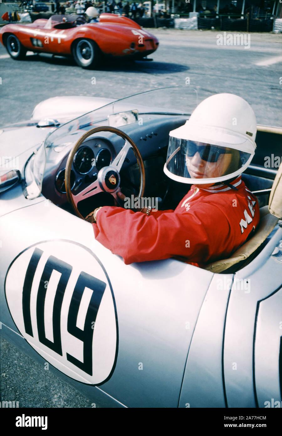 NASSAU, Bahamas - El 5 de diciembre: Ricardo Rodriguez de México #109 en su Porsche 550 RS espera el inicio de la 4ª Conferencia Anual Internacional de velocidad de Bahamas semanas Nassau Trophy Race el 5 de diciembre de 1957 en el curso de campo Oakes en Nassau, Bahamas. (Foto por Hy Peskin) Foto de stock