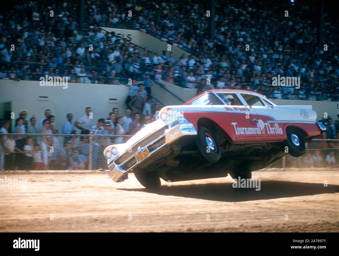 SACRAMENTO, CA - Agosto, 1958: Un coche sobre dos ruedas durante un car show en el Sacramento State Fair alrededor de agosto de 1958, en Sacramento, California. (Foto por Hy Peskin) (número de registro: X5347) Foto de stock